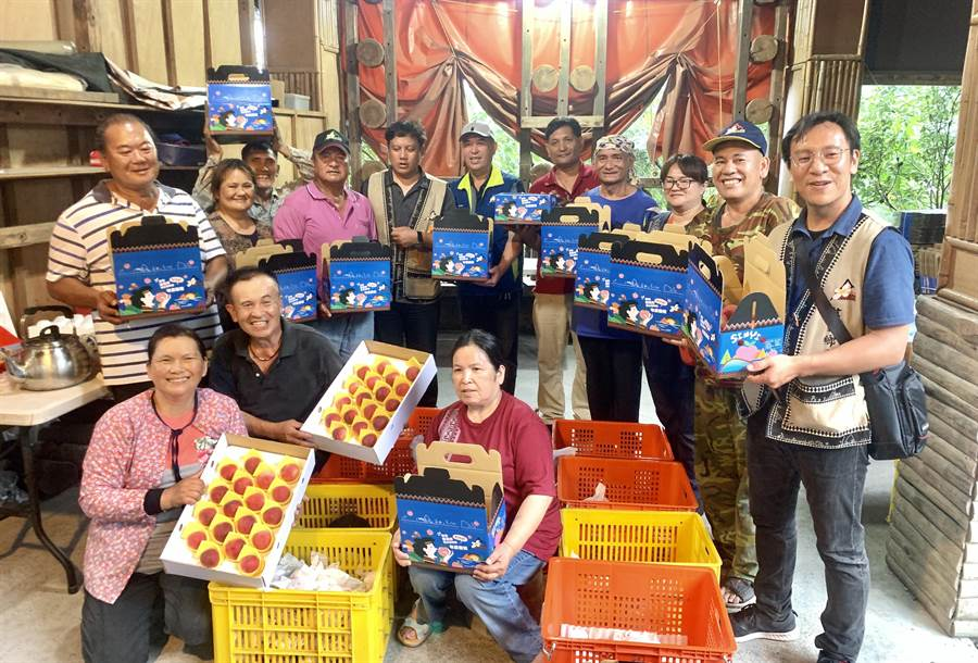 信義鄉公所創新品牌的伴手禮盒,協助果農行銷。(廖志晃攝)