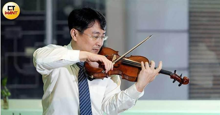 自創「阿瑪迪小提琴教學法」的張鎮洲。(圖/王永泰攝)