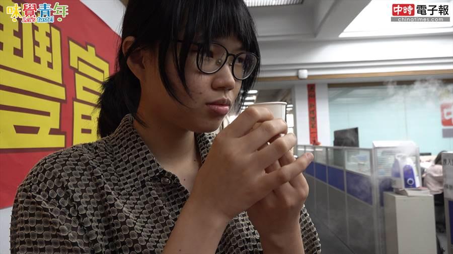 像是美食評論家的同事,品嘗芝芝芒果果粒時覺得像是有奶味的芒果冰沙。