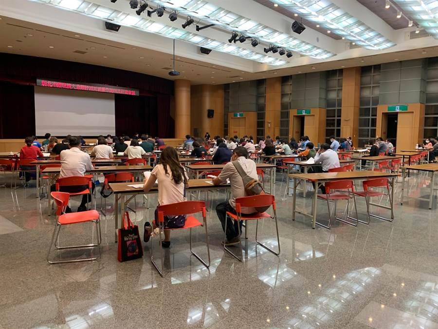 新北市府晚間8時召集29區公所開會,研議後續審核方式。(許哲瑗攝)