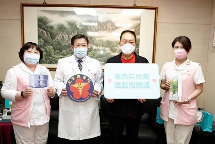 (三軍總醫院院長蔡建松(左二)和東森集團總裁王令麟(右二)與三軍總醫院辛勞的前線護理人員合影。圖/東森提供)