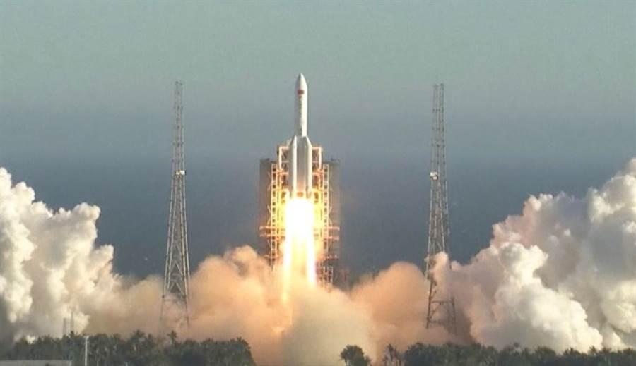 大陸在5月5日發射的長征5B火箭。(圖/space.com)