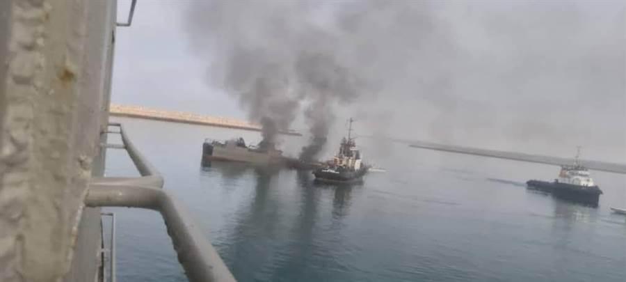冒煙中的「科納洛克」號,上層部分已經被毀。(圖/伊朗媒體)