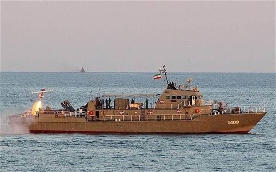 科納洛克號的完整模樣,艦尾正發射無人機。(圖/伊朗海軍)