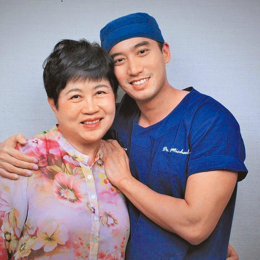 恢復單身的賴弘國(右)幫母親做醫美手術當作母親節禮物。(摘自IG)