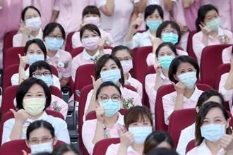 年度國際護師節 旺董蔡衍明捐贈台大醫院60萬及3200瓶水神抗菌液