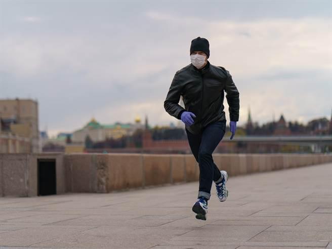 26歲男戴口罩跑步險送命 醫一看:肺炸了