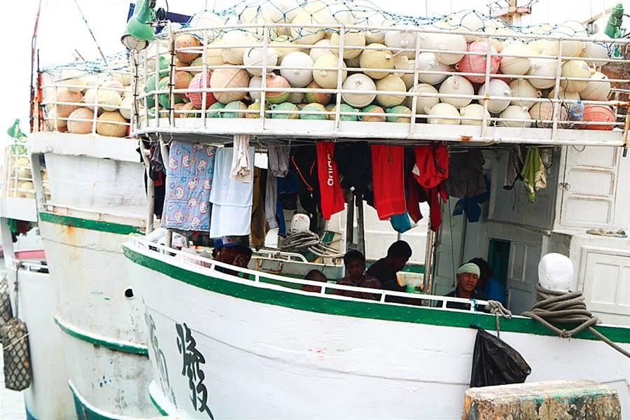 疫情指揮中心副指揮官陳宗彥昨表示,根據過往經驗,每逢5、6月都會有兩大波遠洋漁船返國,今年估計有2000至3000名船員,目前已與船公司、船商聯繫,要求漁業署就陸上、船上進行居家檢疫研擬,做好1人一室的檢疫規畫。(本報資料照片)