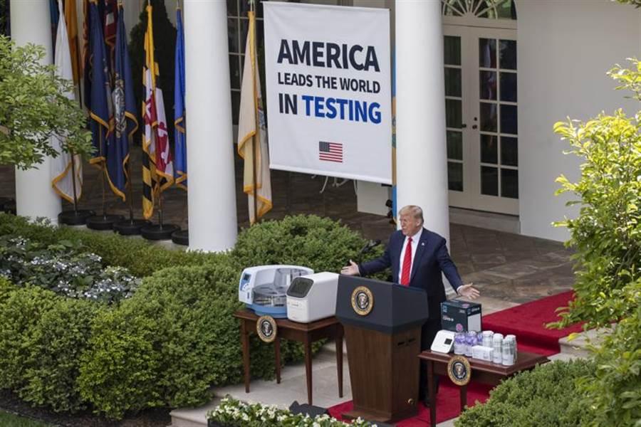 新冠肺炎全球大流行!美國總統川普他要求全體白宮工作人員戴上口罩工作,然在白宮記者會的川普自己仍不戴口罩。(美聯社)