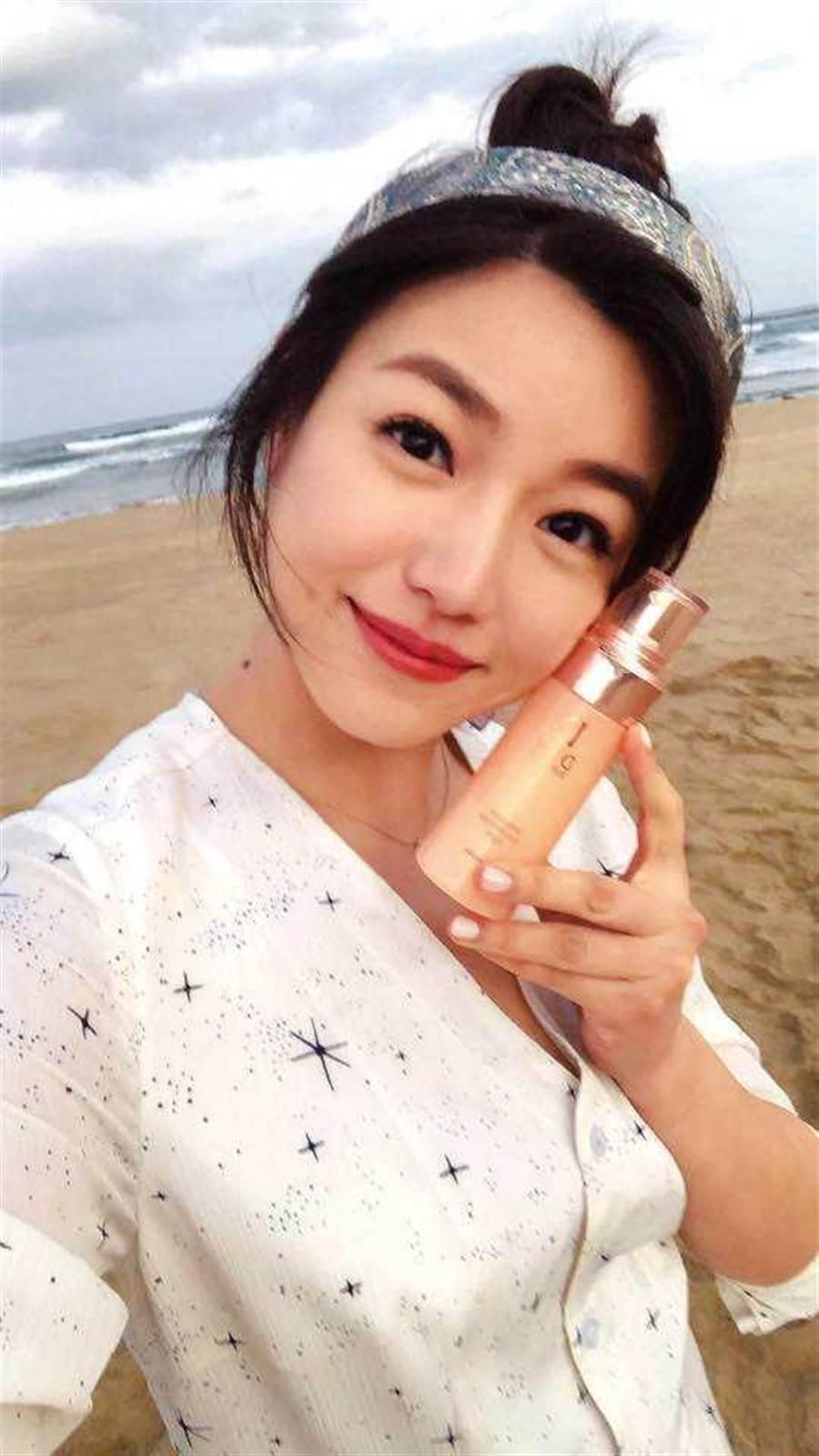 去年陳妍希風光代言國際化妝品牌,常稱職地在社群網站推薦產品。(圖/翻攝自陳妍希臉書)