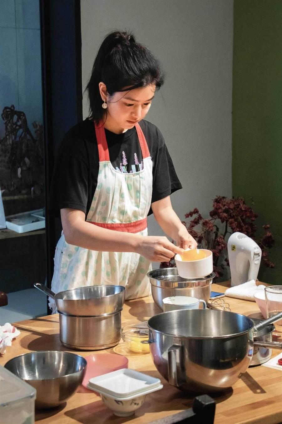 為了《跟你老婆去旅行》的角色,陳妍希特別練習蛋糕烘培。(圖/好好看文創提供)