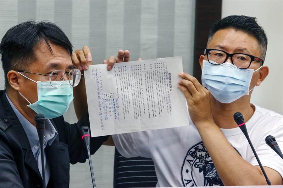 在文壇頗負盛名的前衛出版社,27年前發行《台灣作家全集》,收錄58位知名作家作品,轟動一時。高齡81歲的作家七等生最近打破沉默,指控前衛利用不平等合約誆騙所有作家,還長期積欠版稅。12日再度委託兒子劉懷拙(左)出面說明。(鄧博仁攝)