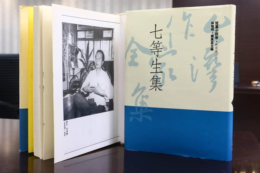 在文壇頗負盛名的前衛出版社,27年前發行《台灣作家全集》,收錄58位知名作家作品,轟動一時。高齡81歲的作家七等生最近打破沉默,指控前衛利用不平等合約誆騙所有作家,還長期積欠版稅。圖為《七等生集》。(鄧博仁攝)
