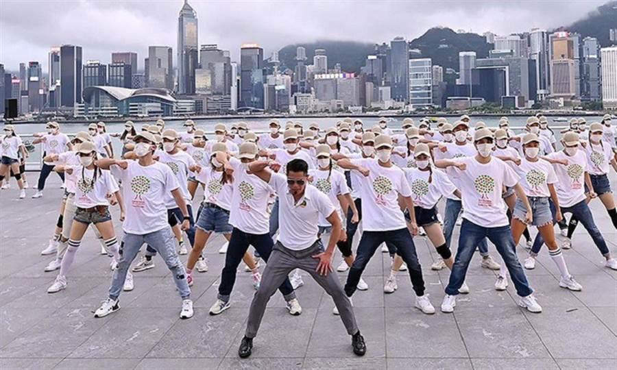 香港藝人郭富城週末舉行線上演唱會,,以驚人體力達成完美演出,他沒吃不老仙丹,而是靠高度自律堅持運動30年。(圖/取自IG: aaronkwokxx)