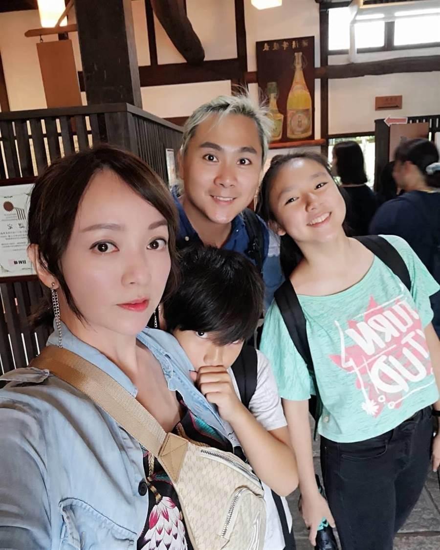 季芹、王仁甫與一對兒女幸福美滿。(摘自臉書)