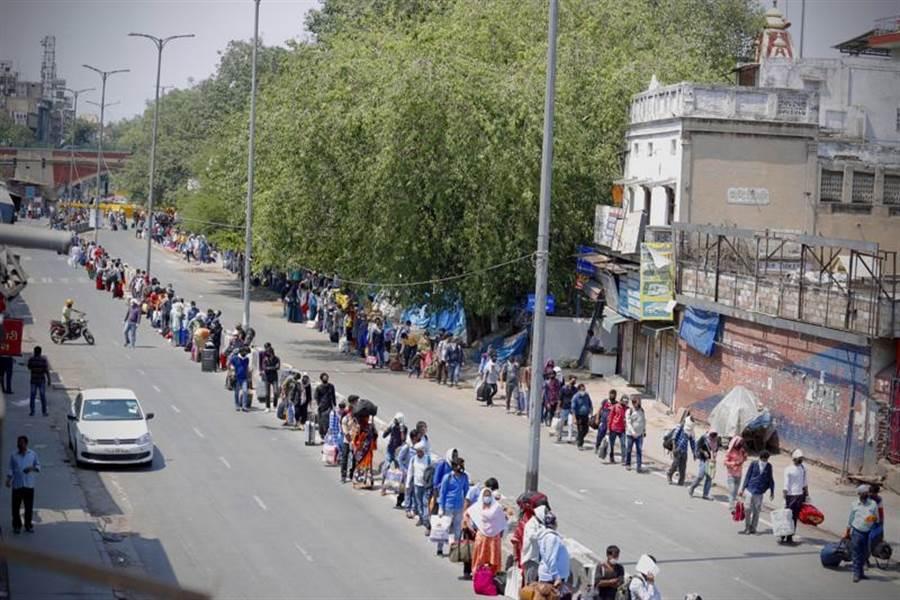 印度恢復全國部分鐵路的營運。圖為在首都排隊等著乘坐火車的人群。(美聯社)