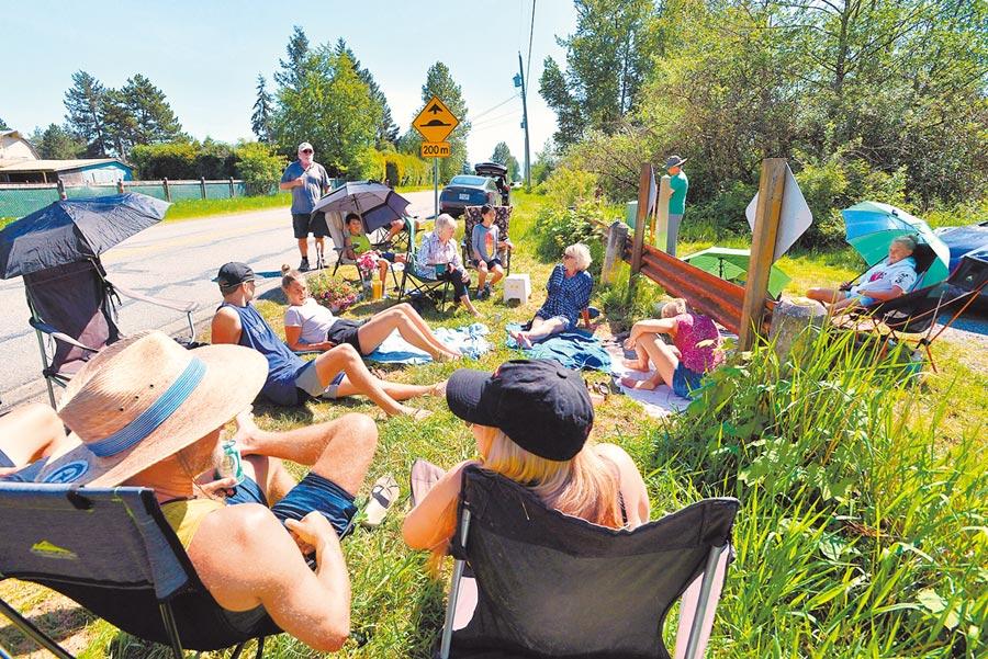 美國與加拿大邊境因為新冠疫情而關閉,5月10日母親節陽光普照,加拿大與美國華盛頓州民眾無視當局的禁令,沿著邊界聚會慶祝,也未遵守社交距離的規定。(路透)