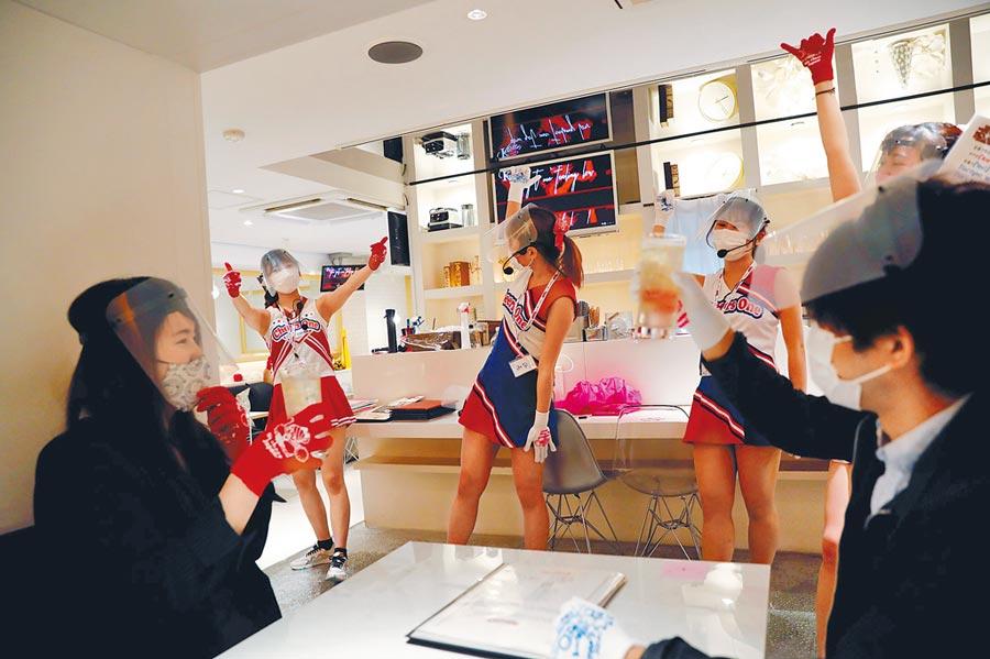 南韓民情對同志不友善,同志夜店成疫情破口,更掀起社會恐同、反同意識對立。圖為日本女服務員戴著防護口罩在餐廳敬酒。(路透)