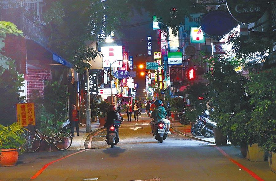酒店、舞廳何時復業,台北市長柯文哲11日表示,戴口罩怎麼喝酒?再鬧下去,中央最後還是要出面解決。圖為台北市林森北路的酒店,因停業一片蕭條的景象。(陳信翰攝)