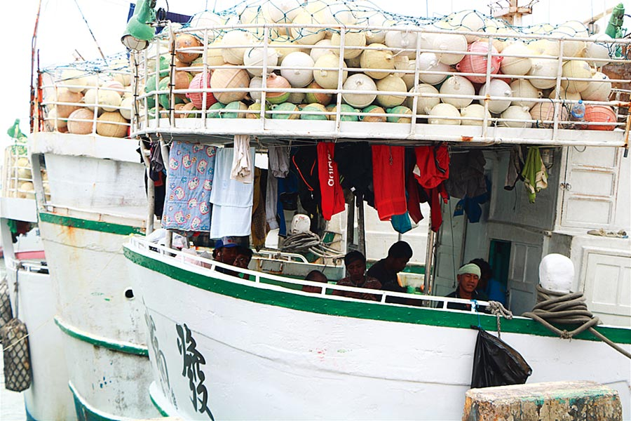 疫情指揮中心副指揮官陳宗彥昨表示,根據過往經驗,每逢5、6月都會有兩大波遠洋漁船返國,今年估計有2000至3000名船員,目前已與船公司、船商聯繫,要求漁業署就陸上、船上進行居家檢疫研擬,做好1人一室的檢疫規畫。專家表示,台灣目前主要威脅在境外,只要守的住,境內就可以逐漸鬆綁。(本報資料照片)