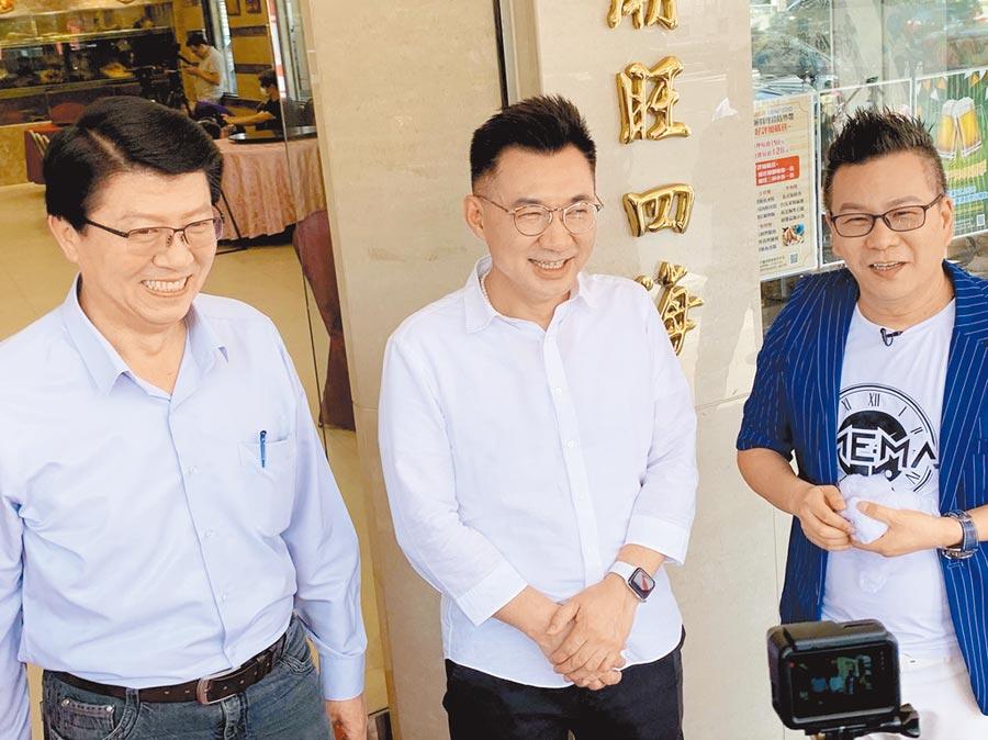 國民黨主席江啟臣(中)、副祕書長謝龍介(左)、藝人沈玉琳(右)11日合體,錄製網路節目宣傳高雄觀光。(柯宗緯攝)