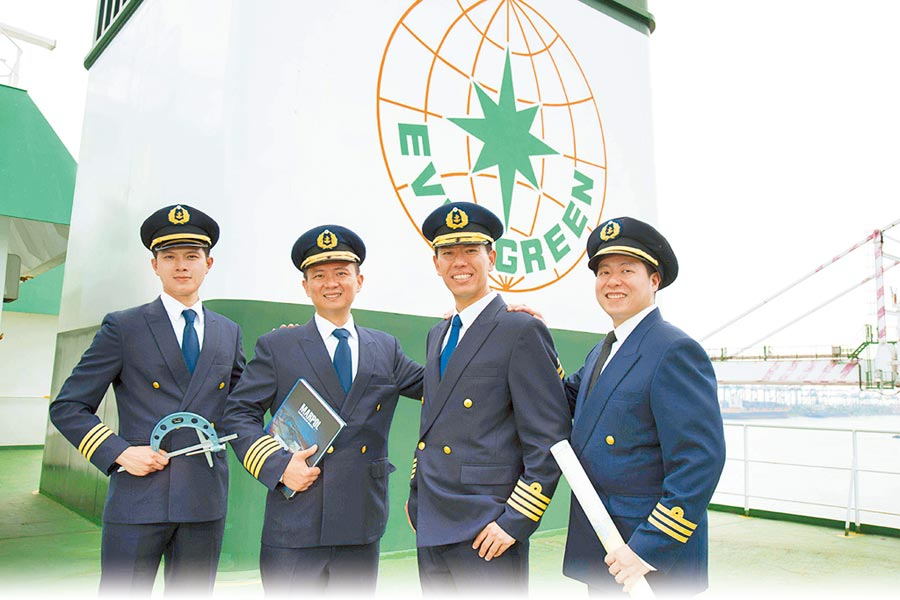 長榮海勤人員的職涯發展管道多元而完整,在完善的人才培訓計畫與升遷制度下,可拓展國際視野與格局。(長榮提供)