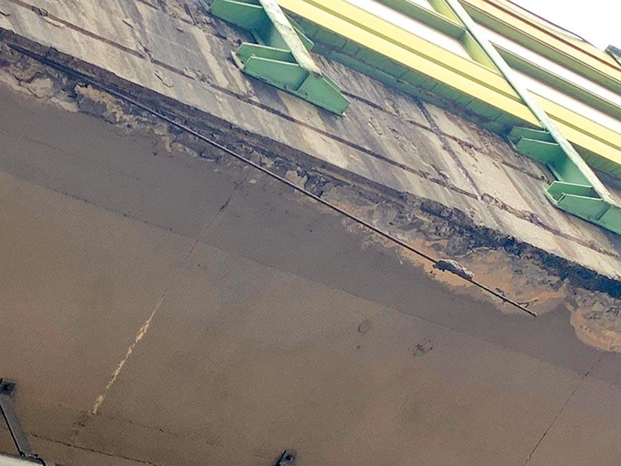 建國高架橋竟出現鏽蝕鋼筋外露超過1公尺。(議員陳怡君提供/張薷台北傳真)