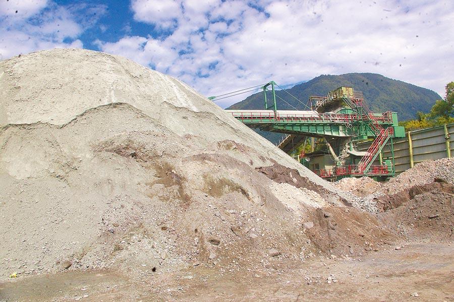 花蓮縣礦石稅每年逾8億元,主要用於社會福利支出,開徵稅額維持不變。(許家寧攝)