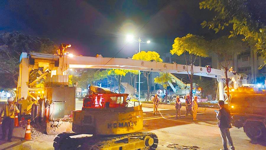 陸橋已逐漸不合時宜,新北市府逐步檢討拆除,圖為有24年歷史的清水陸橋,目前已拆除完畢。(新北市工務局提供/葉德正新北傳真)