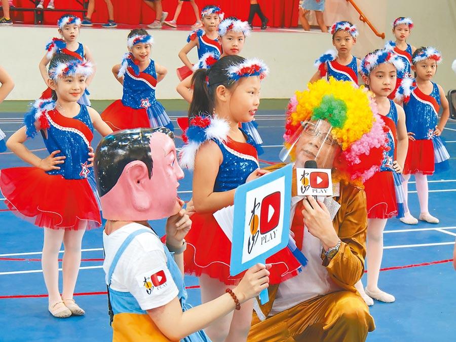 中山國小校長王健旺當起直播主,隨機訪問同學,陪全校師生度過不一樣的校慶。(中山國小提供/王揚傑新北傳真)