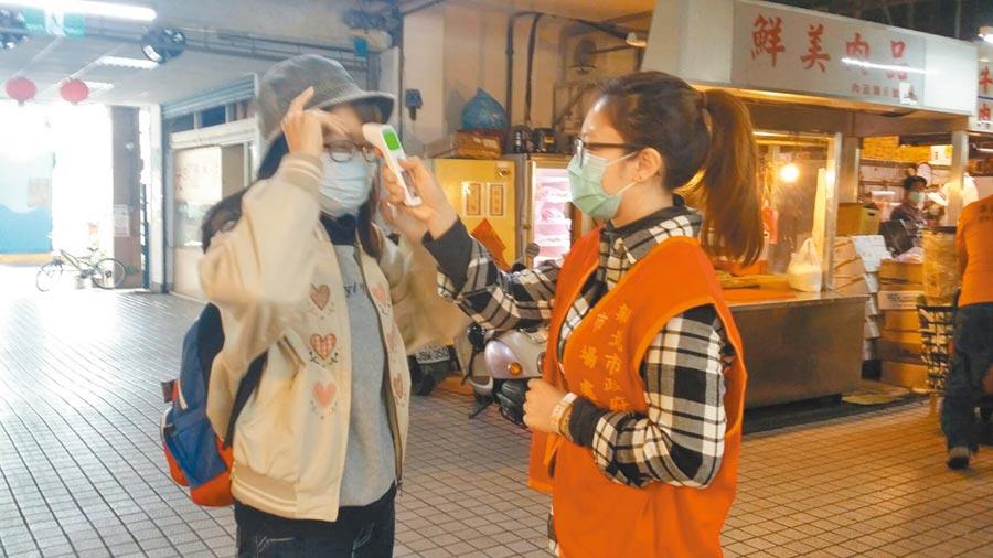 勞動部「安心即時上工」計畫上路近1個月,新北市已有1680人陸續派工,負責協助量體溫、消毒及部分行政庶務等工作。(新北市勞工局提供/許哲瑗新北傳真)
