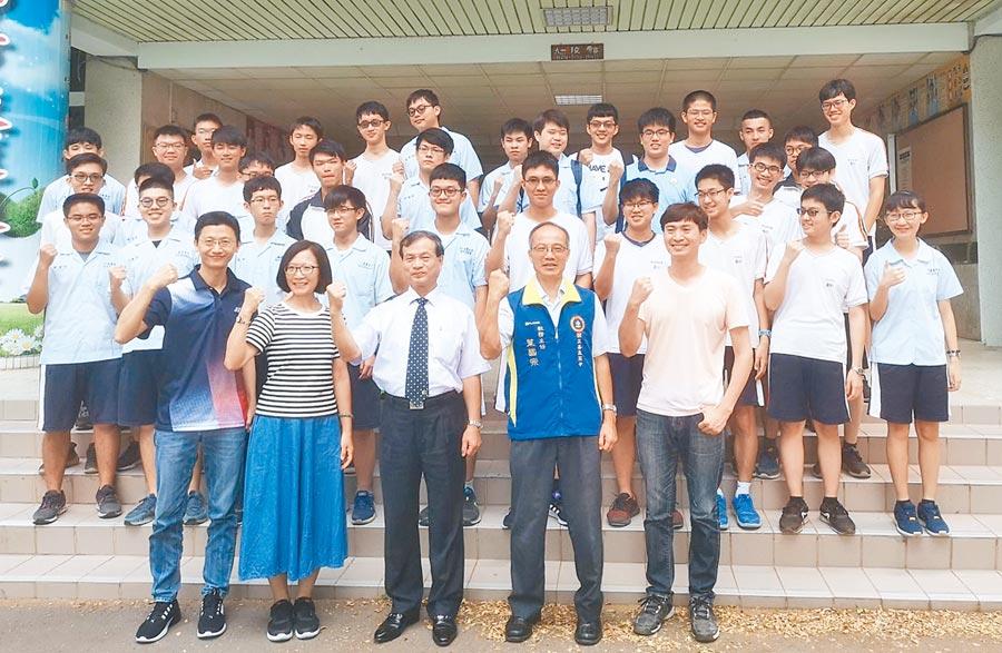 嘉義高中大學學測錄取台大的成績優異,校長劉永堂(前排中)嘉許師生。(廖素慧攝)