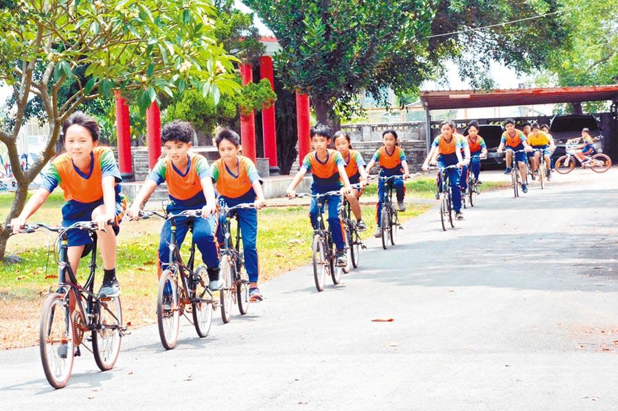 凌雲國小挑戰百里單車畢業旅行,六年級畢業生皆積極備戰。(林和生攝)