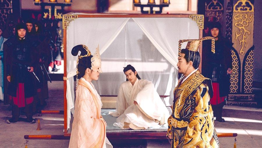 劉錫明(右起)、李治廷、張雪迎在《白髮皇妃》裡有精采對手戲。(中視提供)
