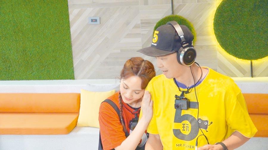 楊丞琳(左)與小鬼《綜藝玩很大》同框。(三立提供)