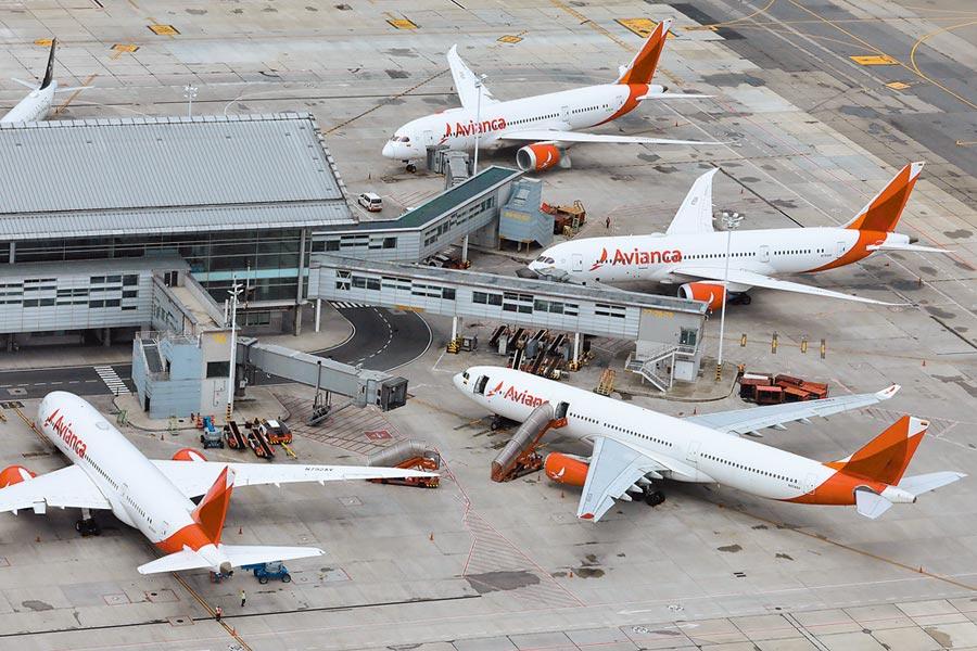 拉丁美洲規模第二大的哥倫比亞航空(Avianca)10日宣布,公司已根據美國破產法第11章規定,在紐約向法院申請破產保護。圖為哥倫比亞航空公司的飛機停在機場裡。(路透)