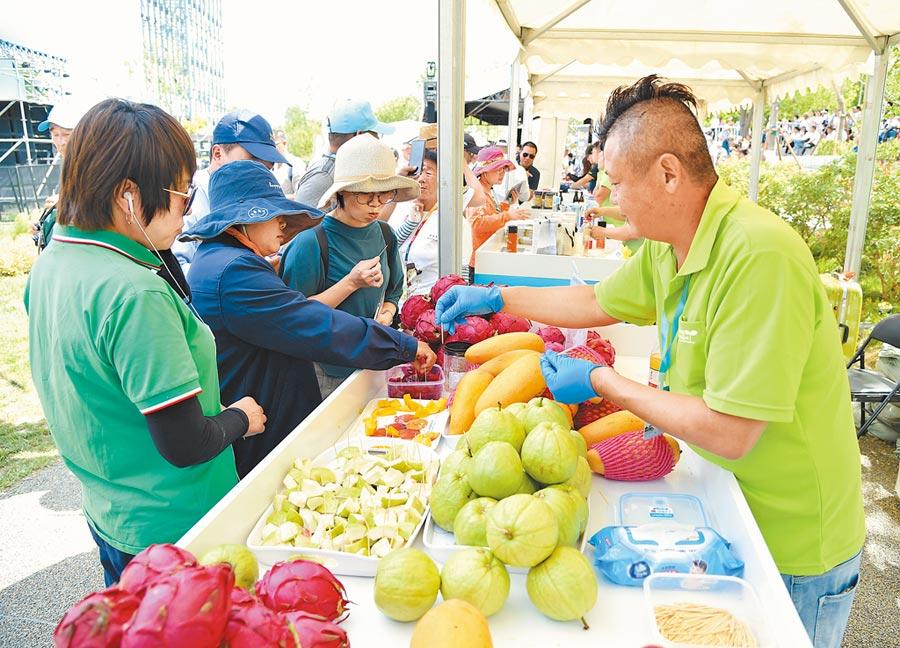 ECFA存廢攸關台灣農產能否順利銷陸,圖為2019年6月29日,參觀者在北京世園會台灣園品嘗台灣水果。(新華社)