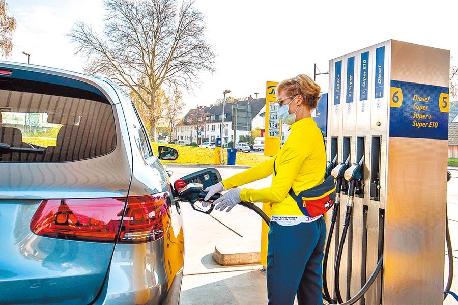 德國施韋爾特的一處加油站,一名人員在給車輛加油。(新華社資料照片)
