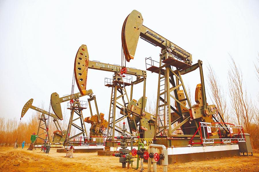 全球原油價格近幾月急挫。(中新社資料照片)