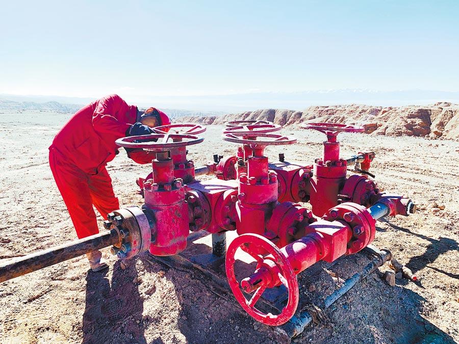 大陸獅子溝作業區,人員在巡查油井運作。(中新社資料照片)