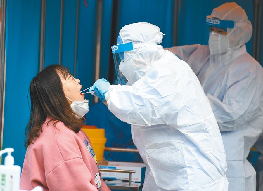 吉林省新增本土確診病例3例,其中1例由無症狀感染者轉確診。圖為5月7日,吉林省一名返校學生正在接受核酸檢測。(中新社資料照片)