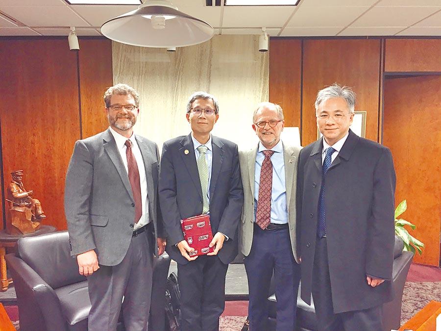 朝陽科大校長鄭道明(右1)與美國南伊利諾大學校長Dr.John Dunn(右2)合影。(朝陽科大提供)