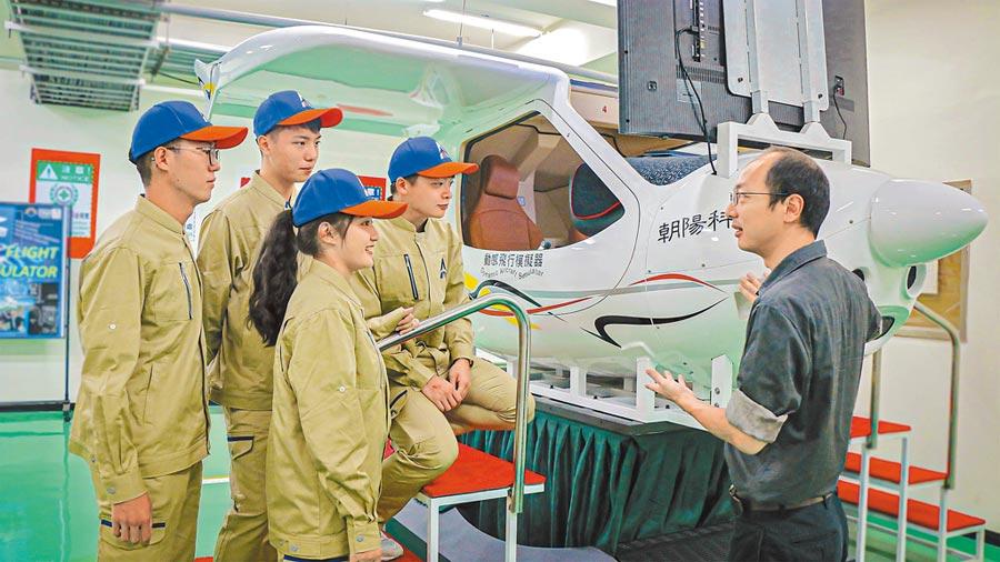 朝陽科大航空機械系,擁有全台校園唯一的「CTLS六軸全動式飛行模擬機」。(朝陽科大提供)