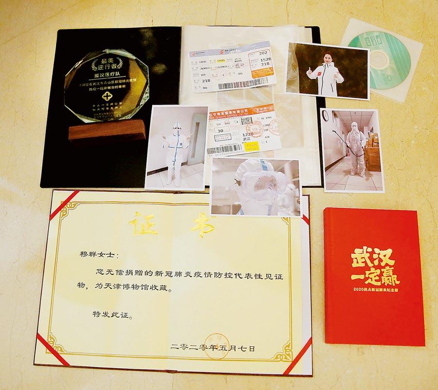 穆群將物品捐贈給天津博物館。(王津攝)