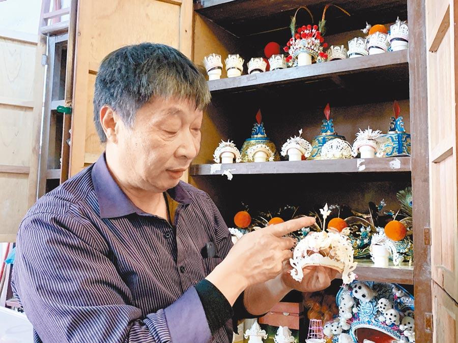 洪亮老師展示他做的微型「中國傳統戲劇盔帽大全」。