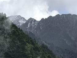 登山遇黃色雨衣男 找「他」拍照竟指引墜谷