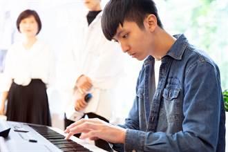 僅剩0.01右眼視力 清華鋼琴才子獲總統教育獎