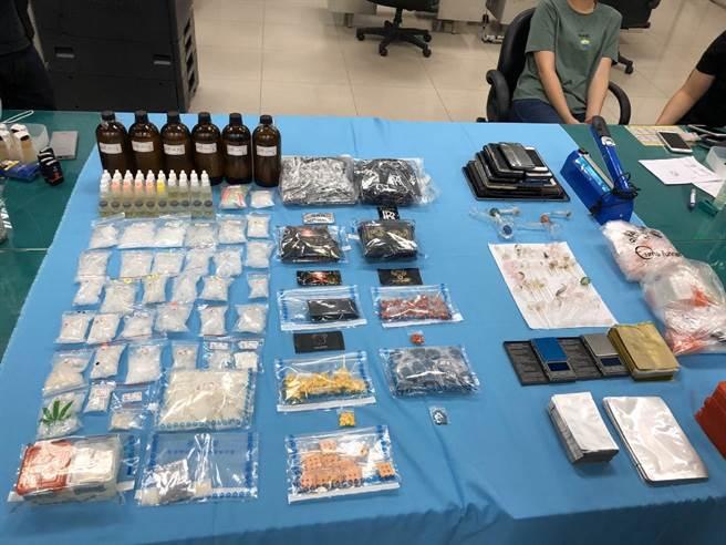 松山警分局中崙所查獲毒品通緝犯,於其住處搜到大批毒品,光是安非他命價格就超過300萬。(翻攝畫面/胡欣男台北傳真)