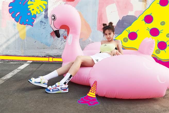 蔡依林以涼鞋搭配白色長襪。(圖/品牌提供)