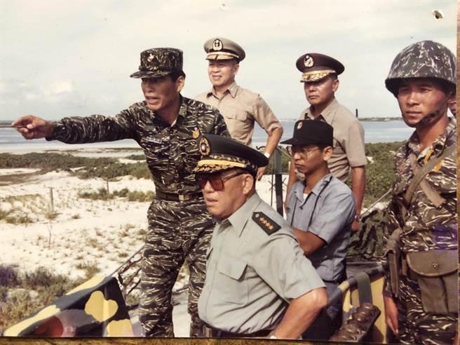 海軍退役上將季麟連,任東沙指揮官(左一,手指向者)陪郝柏村視東沙。季麟連提供